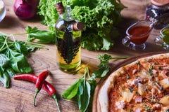 Nytt lagad mat pizza på trätabellen Royaltyfri Foto