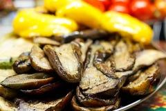 Nytt lagade mat grillade grönsaker, tomater, champinjoner, aubergine Arkivfoton