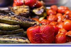 Nytt lagade mat grillade grönsaker, tomater, champinjoner, aubergine Arkivbilder