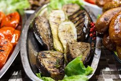 Nytt lagade mat grillade grönsaker, tomater, champinjoner, aubergine Arkivbild