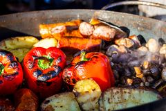 Nytt lagade mat grillade grönsaker, tomater, champinjoner, aubergine Royaltyfri Fotografi