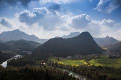 Nytt landskap för vår av färgrika fält arkivbilder