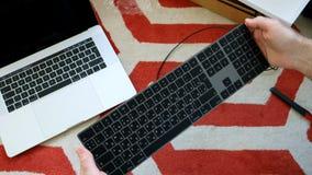 Nytt magiskt tangentbord med unboxing för utrymme för numeriskt tangentbord grå Arkivbilder