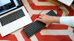Nytt magiskt tangentbord med unboxing för utrymme för numeriskt tangentbord grå Arkivfoton