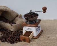 Nytt malt bönakaffe i den traditionella vägen i en gammal kaffekvarn fotografering för bildbyråer