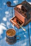 Nytt malt jordkaffe i trädgård fotografering för bildbyråer