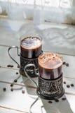Nytt malt jordkaffe med bönor arkivfoto