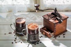 Nytt malt jordkaffe och gammal molar royaltyfria bilder