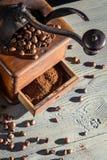 Nytt malt kaffe i en gammalmodig grinder fotografering för bildbyråer