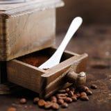 Nytt malt kaffe i en grinder arkivbild