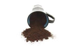 Nytt malt kaffe i kaffekopp arkivfoto