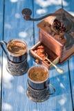 Nytt malt kaffe i trädgård royaltyfri foto