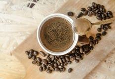 Nytt malt kaffe, kaffebönor Royaltyfria Bilder