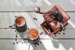 Nytt malt kaffe med bönor arkivbilder