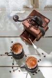 Nytt malt kaffe och gammal molar royaltyfri fotografi