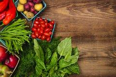 Nytt marknadsföra frukter och grönsaker Arkivfoton