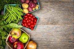 Nytt marknadsföra frukter och grönsaker Royaltyfria Foton