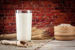 Nytt mejeriprodukter och vete på lantlig träbakgrund Mejeribegrepp för organiskt lantbruk Royaltyfri Bild