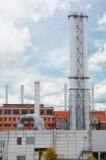 Nytt metalliskt hus för rörgaskokkärl på blå himmel för bakgrund begreppet av framsteg i energibranschen fabriksligganden pipes s Arkivbilder