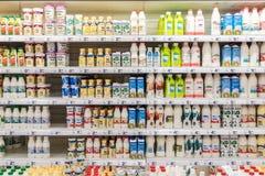 Nytt mjölka flaskor på supermarketställning Royaltyfri Fotografi