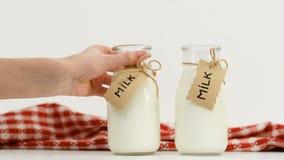Nytt mjölka flaskor som valet shoppar stock video