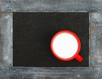 Nytt mjölka i en röd kopp arkivfoto