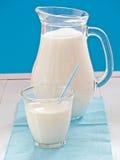 Nytt mjölka i en tillbringare fotografering för bildbyråer