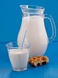 Nytt mjölka i en tillbringare arkivfoto