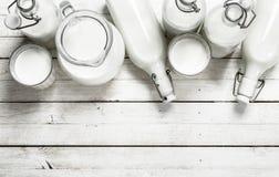 Nytt mjölka i flaskor fotografering för bildbyråer