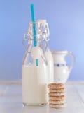 Nytt mjölka i flaskor royaltyfri bild