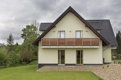 Nytt modernt europeiskt familjhus arkivfoton
