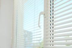 Nytt modernt fönster med rullgardiner inomhus arkivfoton