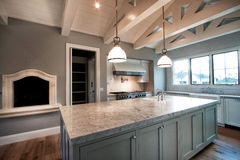 Nytt modernt stort hem- kök arkivfoto