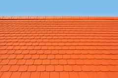 Nytt modernt tak som täckas med lägenheten, röda keramiska tegelplattor royaltyfri foto