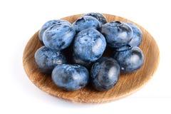 Nytt moget blåbär i träbunken som isoleras på vit bakgrund Arkivfoto