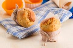 Nytt muffin på köksbordet arkivfoto