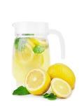 Nytt och mång--färgade drinkar med mogna, saftiga och nya citroner som är ljusa - grön mintkaramell, vatten som isoleras på en vi Royaltyfri Fotografi