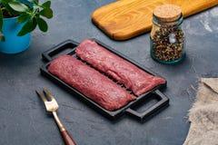 Nytt och rått kött helt stycke av stekar av fransyska i rad som är klara att laga mat arkivbilder