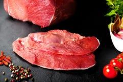 Nytt och rått kött Stilleben av biffar som är klara för att laga mat, grillfest Arkivfoto