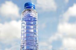 Nytt och rent dricksvatten i flaska Arkivfoton