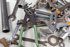 Nytt och rostigt metallhjälpmedel och delar för closeup för mekaniska arbeten Arkivbild