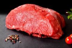 Nytt och rått kött Stilleben av mörkt köttbiff som är klar att laga mat på grillfesten Royaltyfri Bild
