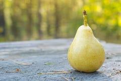 Nytt och saftigt päron på trätabellen, DOF Royaltyfri Foto