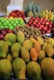 Nytt och skinande, h?gar av mat, ?pple, papaya, kiwi, peppar, bananer och ananas p? en fruktmarknad fotografering för bildbyråer