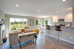 Nytt omdanad hemmiljö med plan för öppet golv royaltyfri bild