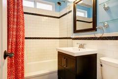 Nytt omdanat badrum med vit tegelplattaduschsurround arkivfoto