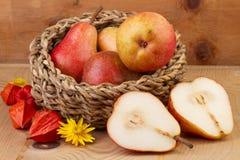 Nytt päron i korg på trätabellen Royaltyfria Foton