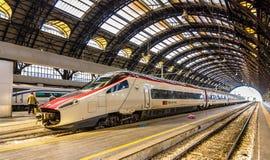 Nytt Pendolino snabbt vippande på drev på den Milano Centrale järnvägsstationen Arkivfoton
