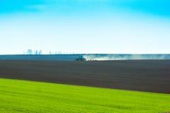 Nytt plogat fält som är klart för att plantera och att kärna ur i vår arkivfoto