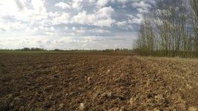Nytt plogat jordbruksmarkfält i den tidiga våren, tidschackningsperiod 4K arkivfilmer